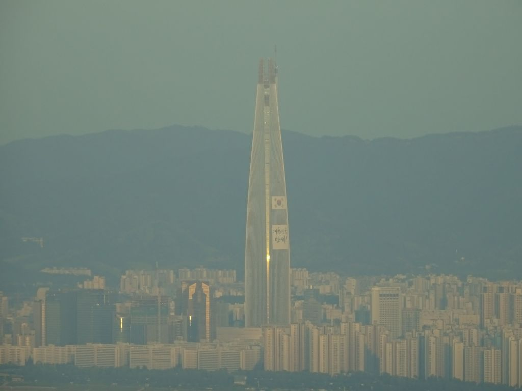 the new lotte tower that is being built