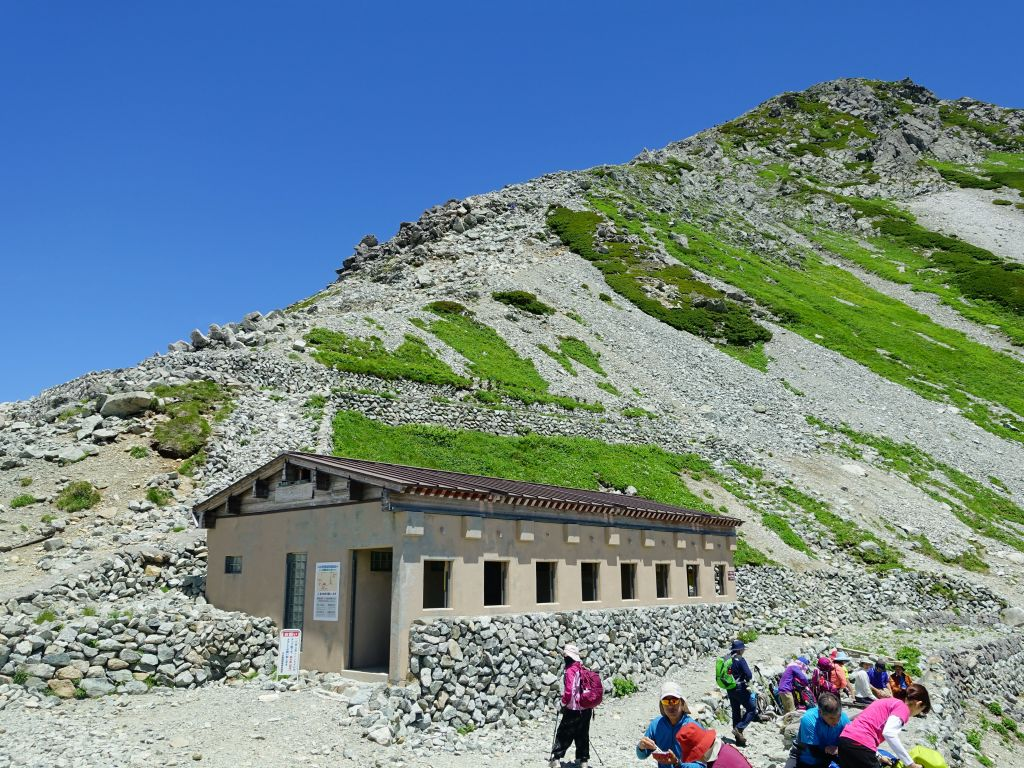 evntually we got to the rest house at 2700m before the trail turned into rock hopping for the last 300m