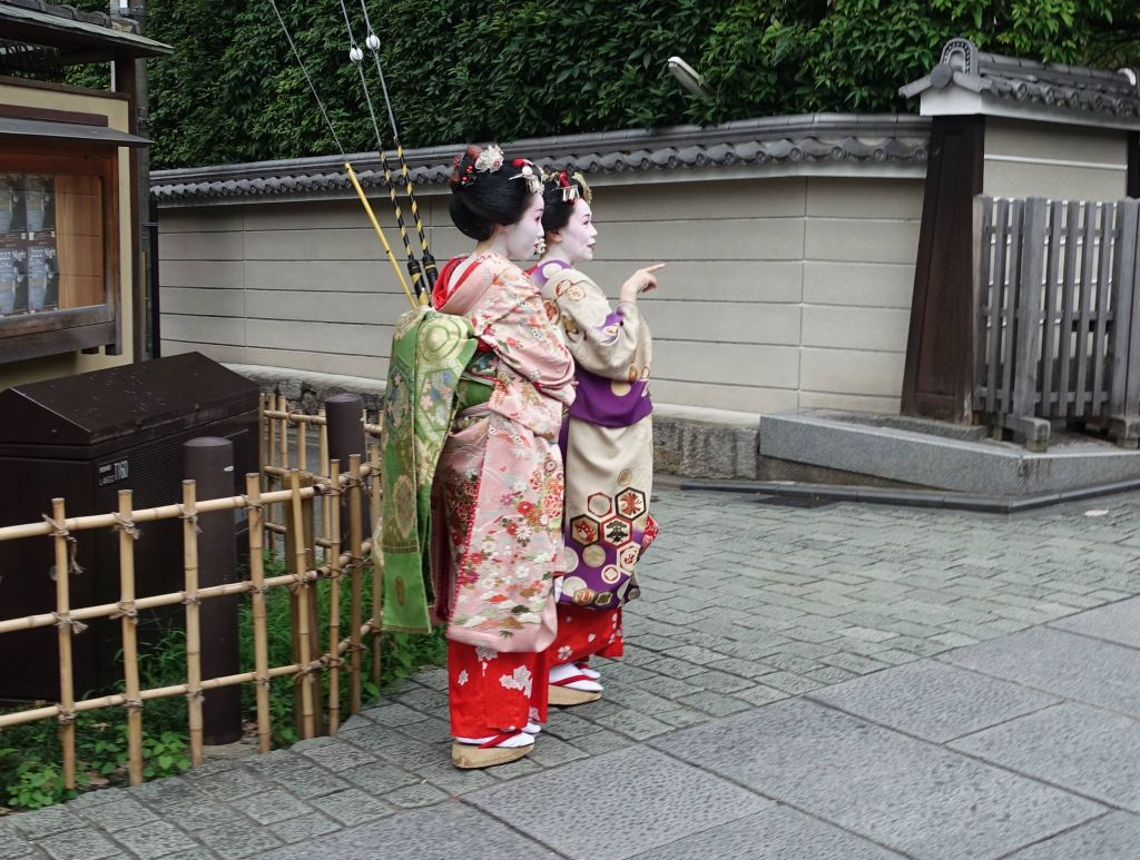 we were lucky enough to see our first real geishas in the wild :)