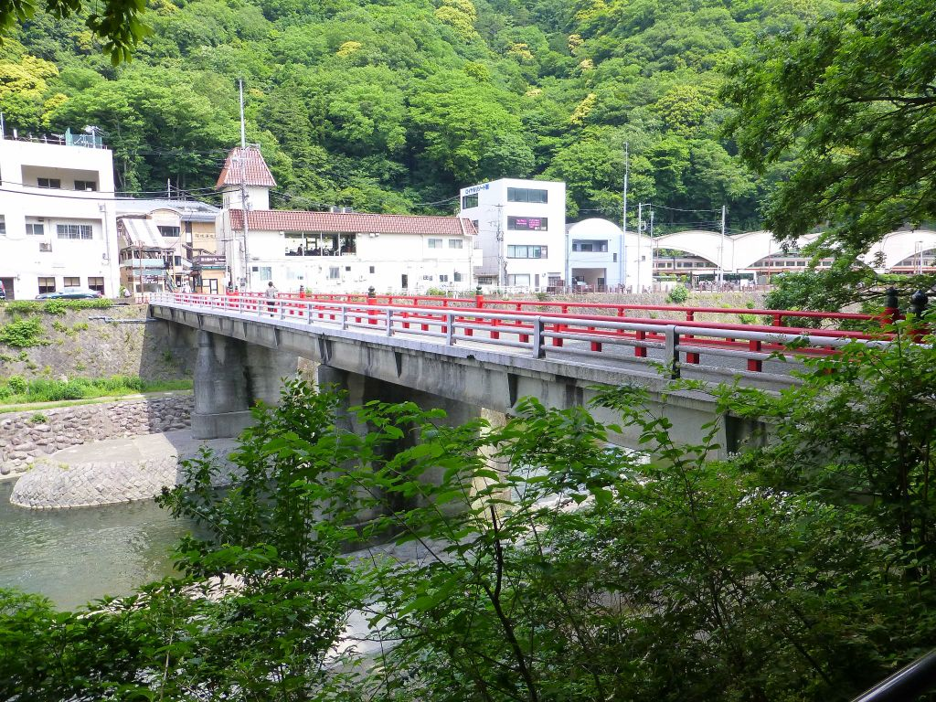 back across the river flowing from Hakone to get to the HakoneYumoto train station towards Gora